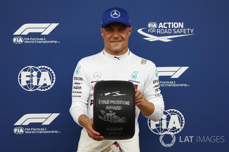 Valtteri Bottas, Mercedes AMG F1, menerima penghargaan posisi pole