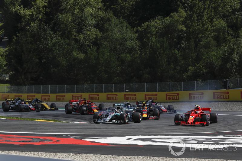 Льюіс Хемілтон, Mercedes-AMG F1 W09, лідирує на старті