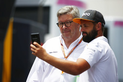 Ross Brawn, Managing Director of Motorsports, FOM, met een fan