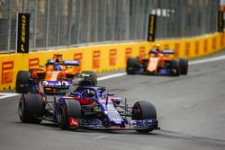 Pierre Gasly, Toro Rosso STR13 Honda, Fernando Alonso, McLaren MCL33 Renault, Stoffel Vandoorne, McLaren MCL33 Renault