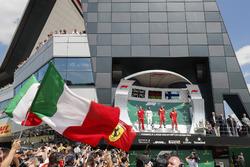Podium: Claudio Albertini, Ferrari, tweede Lewis Hamilton, Mercedes AMG F1, winnaar Sebastian Vettel, Ferrari, derde Kimi Raikkonen, Ferrari