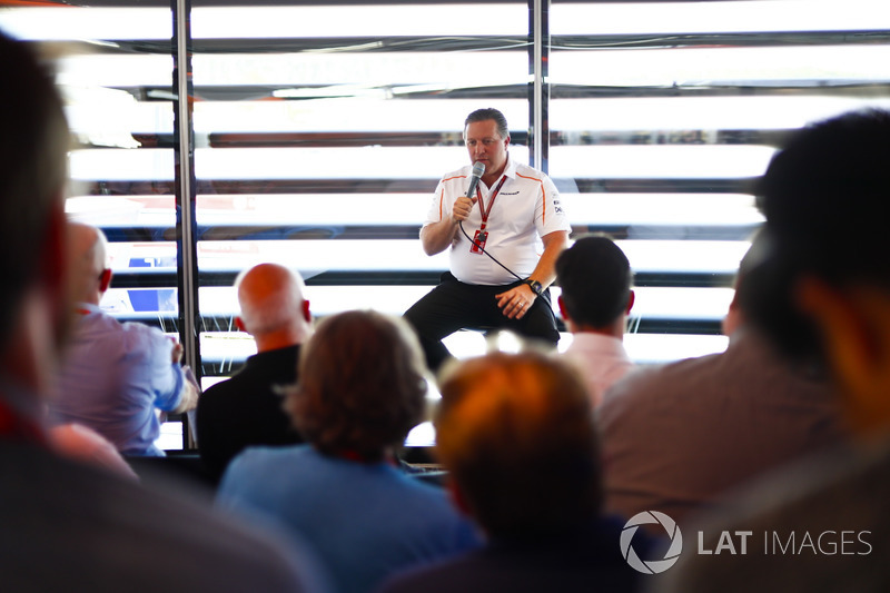 Zak Brown, Direttore Esecutivo, McLaren Racing CEO, parla con i media