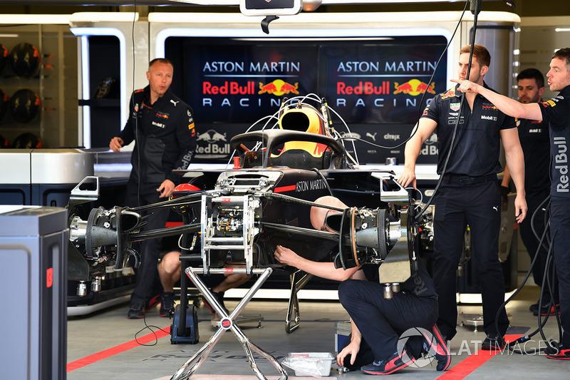 Red Bull Racing RB14 se trabaja en el garaje