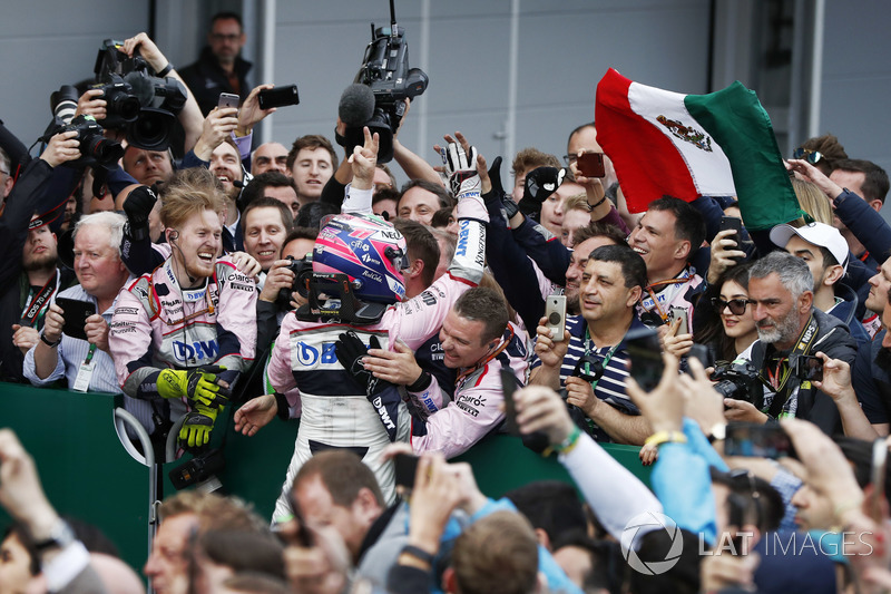 Sergio Perez, Force India, celebra con su equipo