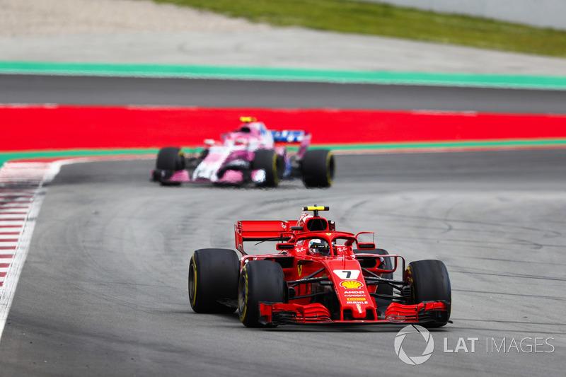 Кими Райкконен, Ferrari SF71H, и Эстебан Окон, Sahara Force India F1 VJM11