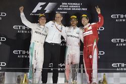 Podio: segundo lugar y campeón del mundo Nico Rosberg, Mercedes AMG, Tony Ross ingeniero, Mercedes AMG, ganador de la carrera Lewis Hamilton, Mercedes AMG, tercer lugar Sebastian Vettel, Ferrari