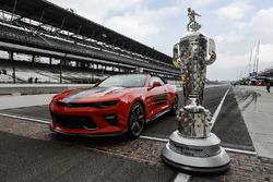 El trofeo Borg-Warner y el vehículo del desfile oficial de Camaro