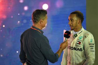 Lewis Hamilton, Mercedes AMG F1 ve David Coulthard, Channel 4 F1, parc ferme