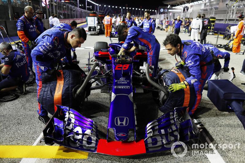 Mecánicos con el coche de Brendon Hartley, Toro Rosso STR13