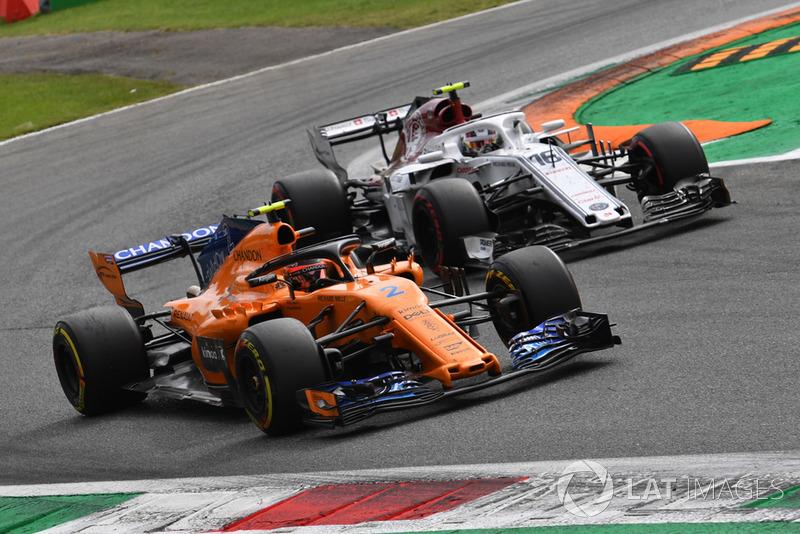Stoffel Vandoorne, McLaren MCL33 y Charles Leclerc, Sauber C37