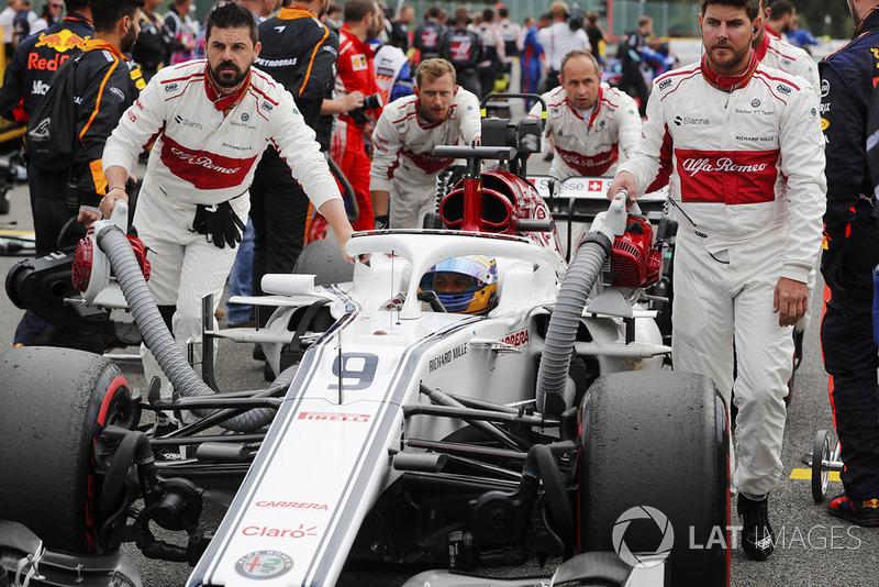 Marcus Ericsson, Sauber, is wheeled onto the grid