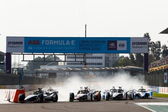 Oliver Rowland, Nissan e.Dams, Nissan IMO1 leads Lucas Di Grassi, Audi Sport ABT Schaeffler, Audi e-tron FE05 and Felipe Massa, Venturi Formula E, Venturi VFE05 at the start