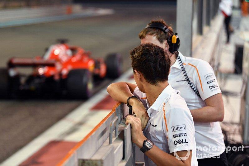 Lando Norris, McLaren observe Charles Leclerc, Ferrari SF71H