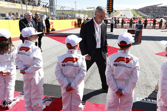 Chase Carey, Chairman, Formula One, meets some grid kids