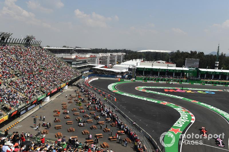 Esteban Ocon, Racing Point Force India VJM11 y Kimi Raikkonen, Ferrari SF71H