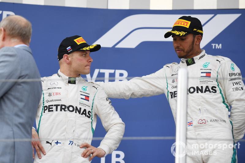 Hamilton mostró su agradecimiento con su compañero, al que habían arrebatado una más que probable victoria