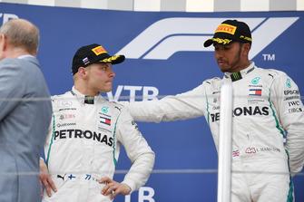 Le vainqueur Lewis Hamilton, Mercedes AMG F1 et le deuxième, Valtteri Bottas, Mercedes AMG F1 sur le podium