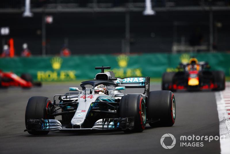 Lewis Hamilton, Mercedes AMG F1 W09 EQ Power+, y Daniel Ricciardo, Red Bull Racing RB14