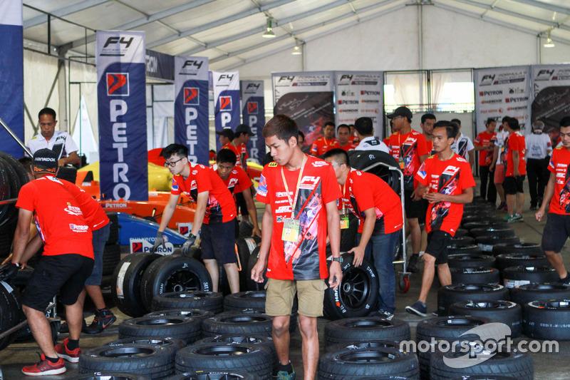 Kru tim Formula 4 SEA