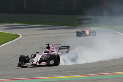 Sergio Perez, Sahara Force India F1 VJM10, locks-up, a puncture ahead of Stoffel Vandoorne, McLaren MCL32