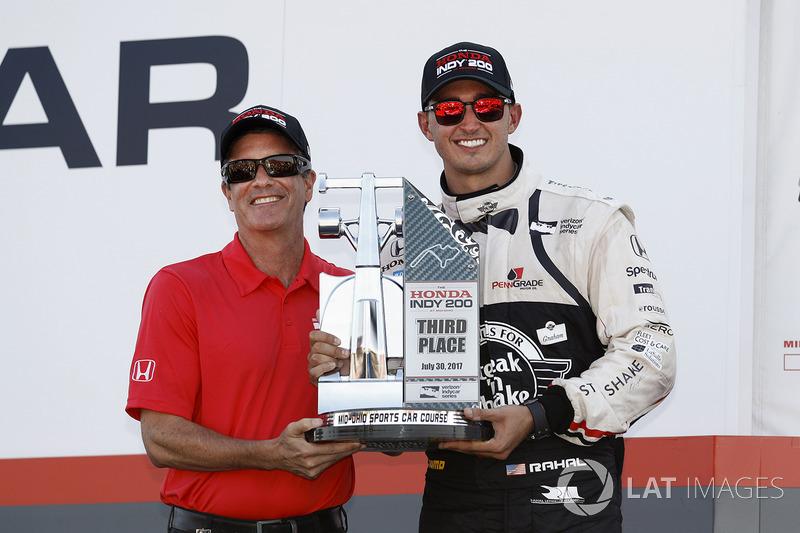 Segundo lugar Graham Rahal, Rahal Letterman Lanigan Racing Honda recibe su trofeo de pista Presidente Craig Rust