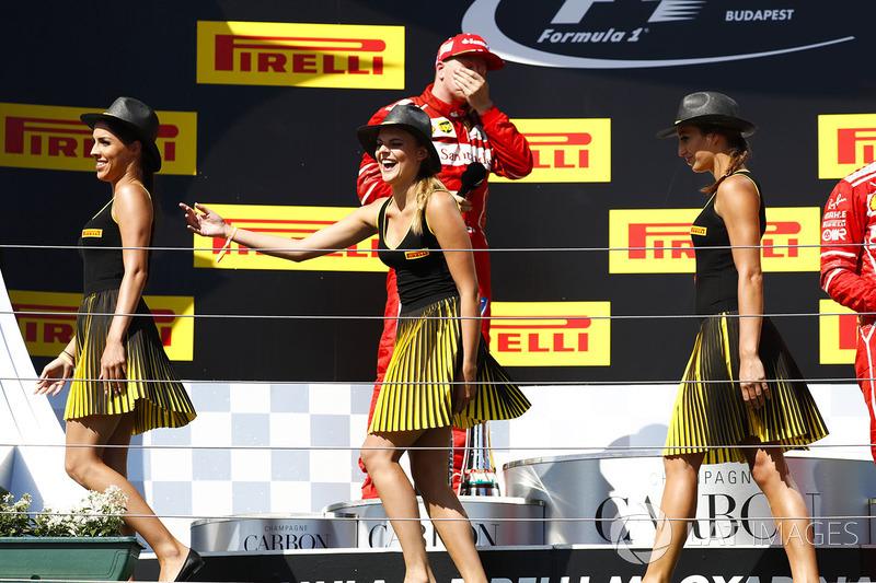 Chicas de la parrilla en el podio