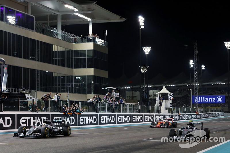Ganador de la carrera Lewis Hamilton, Mercedes AMG F1 W07 toma la bandera a cuadros al final de la carrera con el segundo  colocado y campeón del mundo Nico Rosberg, Mercedes AMG F1 W07