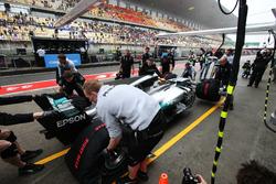 Lewis Hamilton, Mercedes AMG F1 W08, se recupera desde el pit lane por su equipo