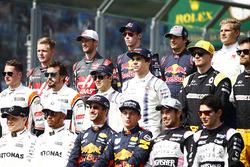 De rijdersgroepsfoto: Valtteri Bottas, Mercedes AMG, Lewis Hamilton, Mercedes AMG, Daniel Ricciardo, Red Bull Racing, Max Verstappen, Red Bull, Sergio Perez, Force India, and Esteban Ocon, Force India. Middelste rij, L-R: Stoffel Vandoorne, McLaren, Fernan