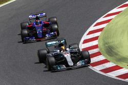 Льюис Хэмилтон, Mercedes AMG F1 W08, и Даниил Квят, Scuderia Toro Rosso STR12