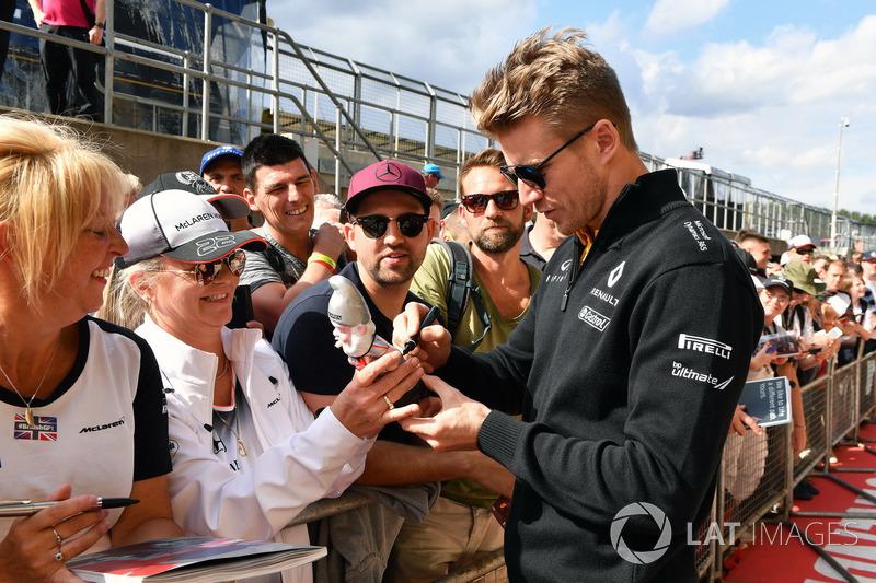 Ніко Хюлькенберг, Renault Sport F1 Team, розда автографи