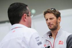 Эрик Булье, гоночный директор McLaren и Ромен Грожан, Haas F1 Team