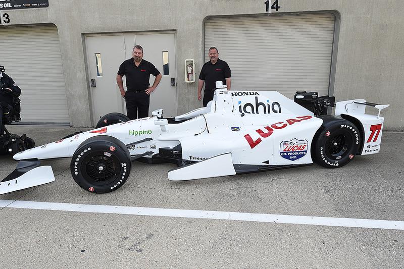 Schmidt Peterson Motorsports presenta la monoposto di Oriol Servia