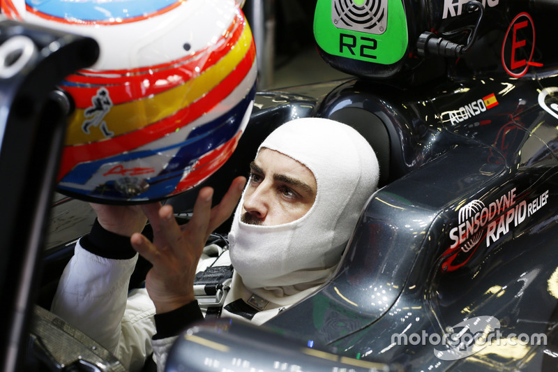 Fernando Alonso, McLaren MP4-31 se pone su casco