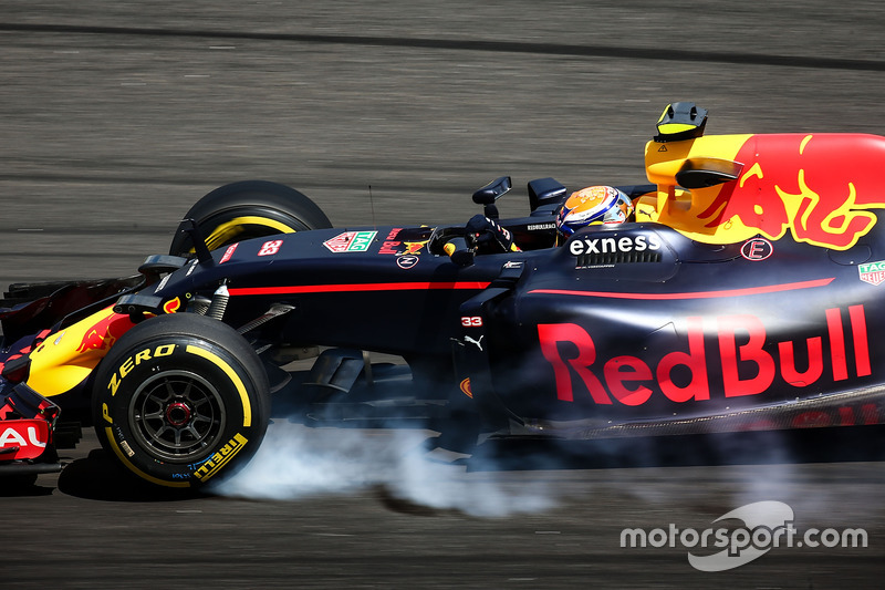 Max Verstappen, Red Bull Racing RB12 locks up under braking