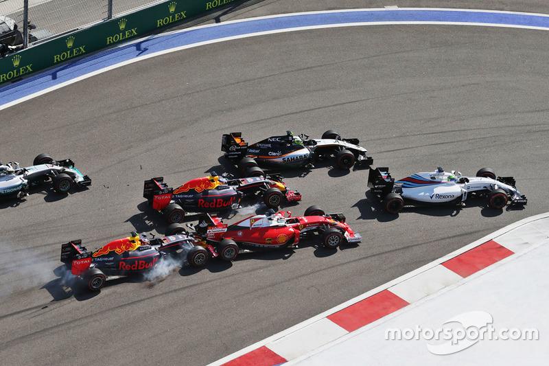 7 (GP de Rusia) Daniil Kvyat, Red Bull Racing RB12 choca con Sebastian Vettel, Ferrari SF16-H en la arrancada