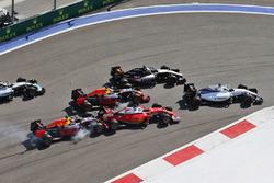 Данііл Квят, Red Bull Racing RB12, врізається у Себастьяна Феттеля, Ferrari SF16-H, на старті