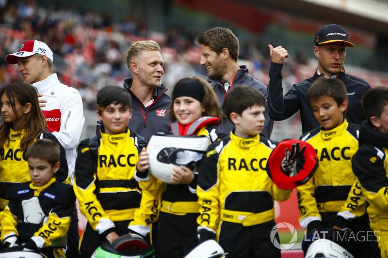 Los jóvenes pilotos de kart respaldados por el RACC, el club automovilístico más grande de España, posan con Marcus Ericsson, Sauber, Kevin Magnussen, el equipo Haas F1, Romain Grosjean, Haas F1 Team y Stoffel Vandoorne, McLaren.
