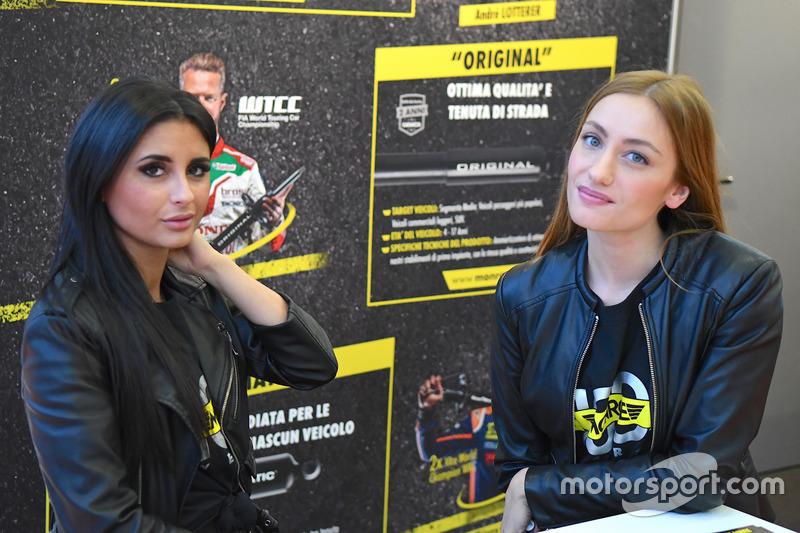 Дівчата Болонського автосалону 2017