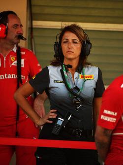 Une ingénieure Pirelli et un directeur technique
