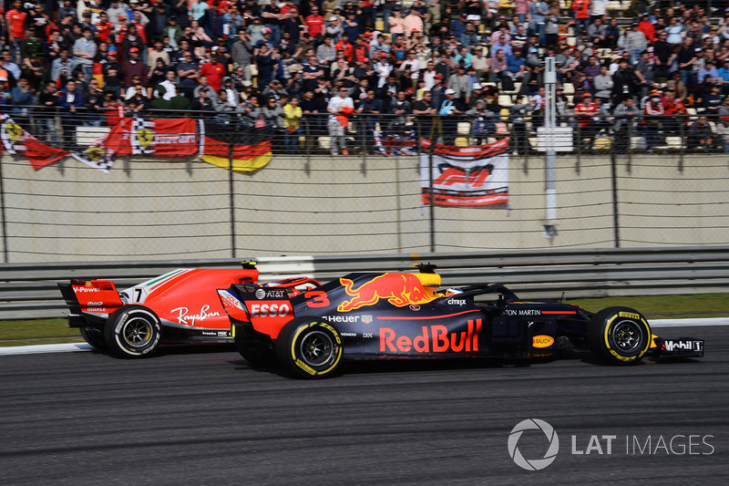 Daniel Ricciardo, Red Bull Racing RB14 and Kimi Raikkonen, Ferrari SF71H battle