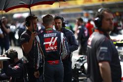 Kevin Magnussen, Haas F1 Team, in griglia con gli ingegneri Haas F1