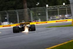 Carlos Sainz Jr., Renault Sport F1 Team R.S. 18., strikes up sparks