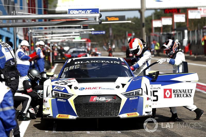 Pit stop, #25 Sainteloc Racing Audi R8 LMS: Simon Gachet, Christopher Haase