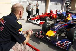 Технический директор Red Bull Racing Эдриан Ньюи осматривает автомобили RB5 и Ferrari F10