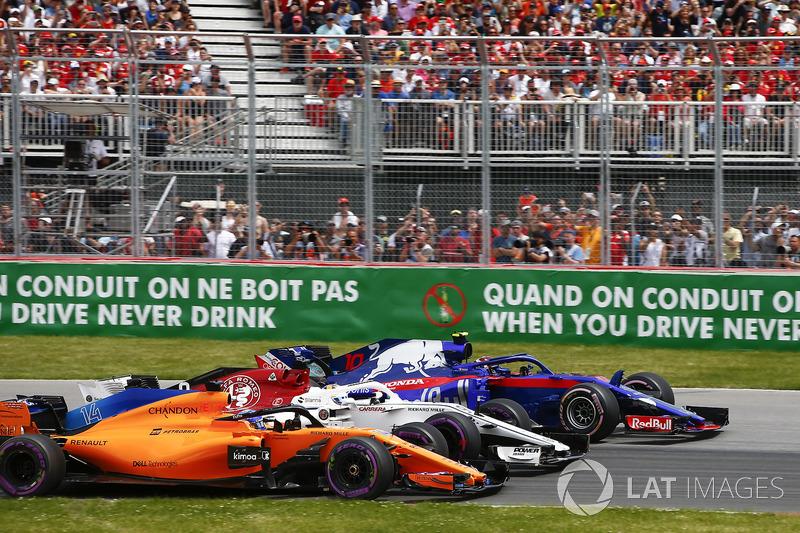 Pierre Gasly, Toro Rosso STR13, Marcus Ericsson, Sauber C37 lotta con Fernando Alonso, McLaren MCL33