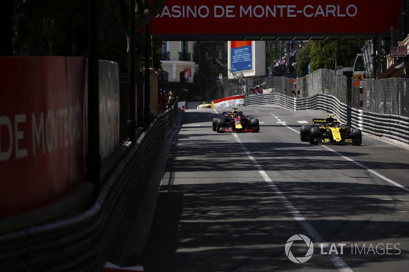 Carlos Sainz Jr., Renault Sport F1 Team R.S. 18., devant Daniel Ricciardo, Red Bull Racing RB14