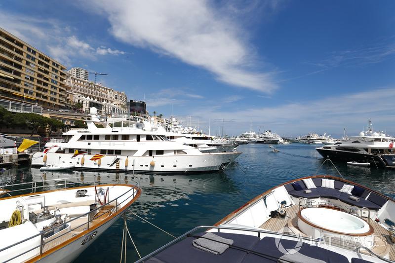Yachts et bateaux dans le port