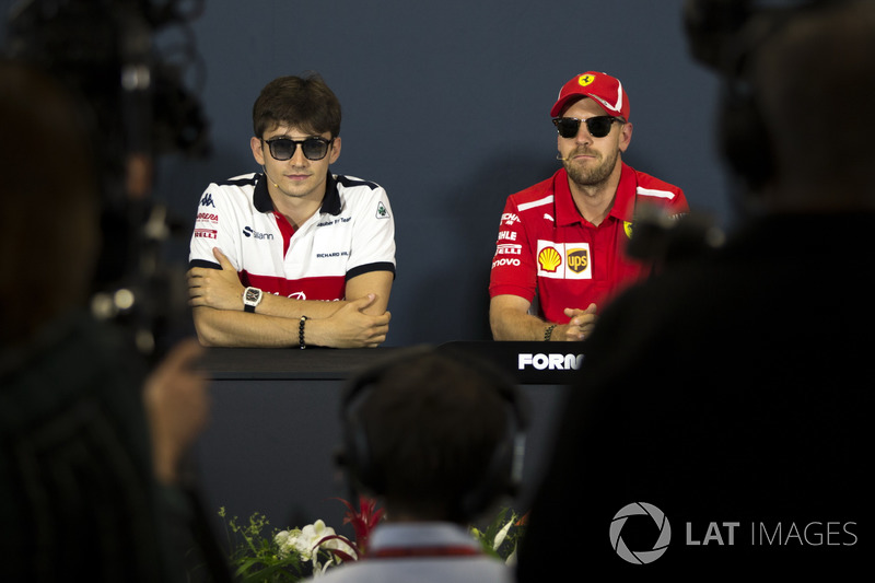 Charles Leclerc, Sauber e Sebastian Vettel, Ferrari, nella conferenza stampa