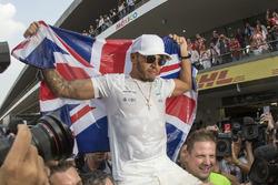 Campeón del Mundo 2017, Lewis Hamilton, Mercedes AMG F1 celebra en el garaje